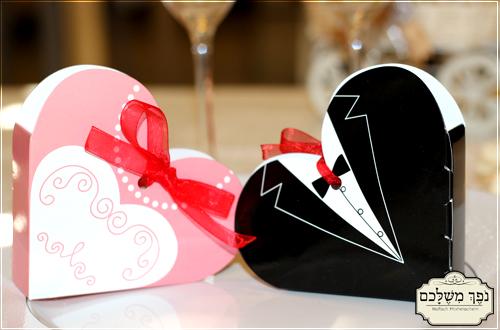 לב קרטון חתן וכלה - מזכרת לאורחים בחתונה מתנות לאורחים בחתונה מזכרות לאורחים בחתונה מזכרות לאירועים