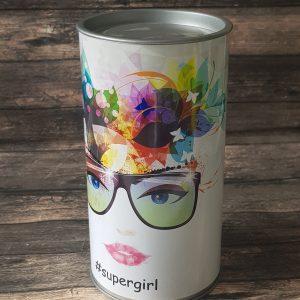 גליל Supergirl - מתנה ליום האישה גליל Supergirl - מתנה ליום האישה אריזת גליל מתכת נשי ועוצמתי, מתנה מתאימה ל-supergirl! הגליל מגיע במגוון של מילויים אפשריים. מארז משגע - מתאים למגוון מאד רחב של אירועים - מתנה לעובדים, מתנה לימי הולדת לעובדים, כמתנה לכנס וכמוצר פרסום וקידום מכירות. המארז מגיע כמובן עם לוגו ומסר החברה. ניתן אף למתגו שמית עבור כל מקבל. כיף לקבל מוצר שכזה שלבטח יגרוף המון מחמאות, מוצר מהמם, שמשאיר חותם בכל לב!